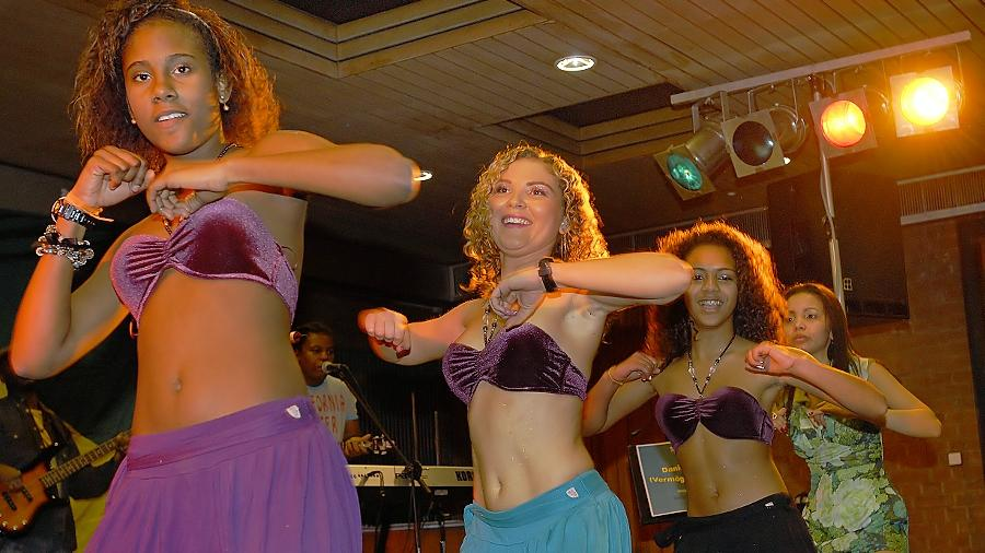 Exotik, Anmut und Erotik gleichermaßen verkörpert der Tanz beim brasilianischen Carneval. Beim Spektakel wie in Rio war das im Pacelli-Haus nicht zu übersehen.
