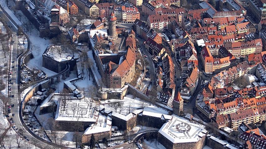 Unter der Nürnberger Altstadt befinden sich die Felsengänge, ein über mehrere Stockwerke weit verzweigtes Stollen- und Kellersystem, das in den Sandsteinfels geschlagen wurde und 1380 zum ersten Mal urkundlich erwähnt wurde. Rund 25.000 Quadratmeter groß sollen die Felsengänge sein. Sie wurden vor allem für die Gärung und Lagerung des traditionellen Nürnberger Rotbier verwendet. Als Kasematten werden die Gänge in den Verteidigungsanlagen der Kaiserburg bezeichnet. Einen Blick in die Verteidungsgänge können Sie hier werfen.