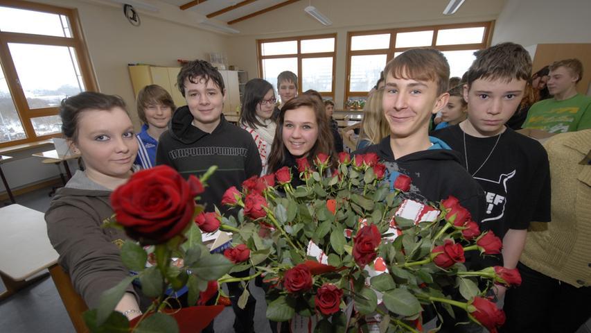 Rote Rosen zum Valentinstag: Aber nicht nur das hatten die Achtklässler vorbereitet.