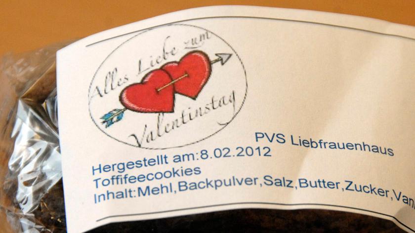 Wie es sich für den Valentinstag gehört, gab es neben roten Rosen auch Süßigkeiten als Geschenk.