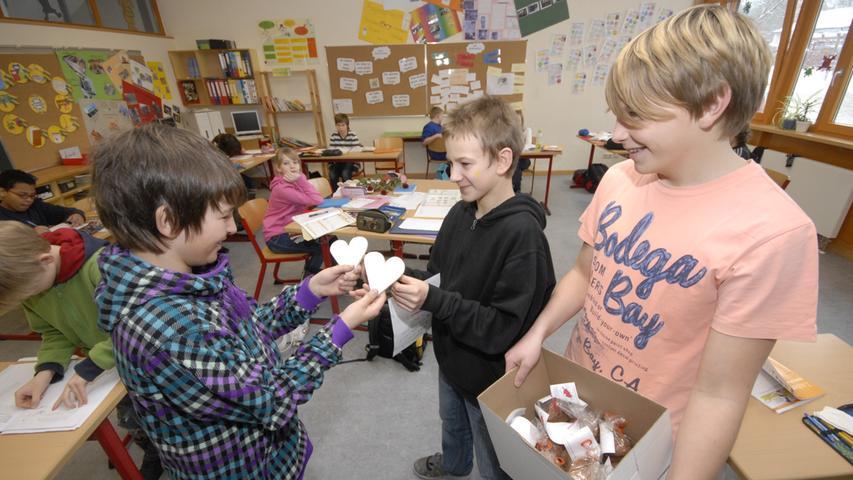 Auch Herzchen aus Holz waren gefertigt worden und wurde gestern in den Klassen