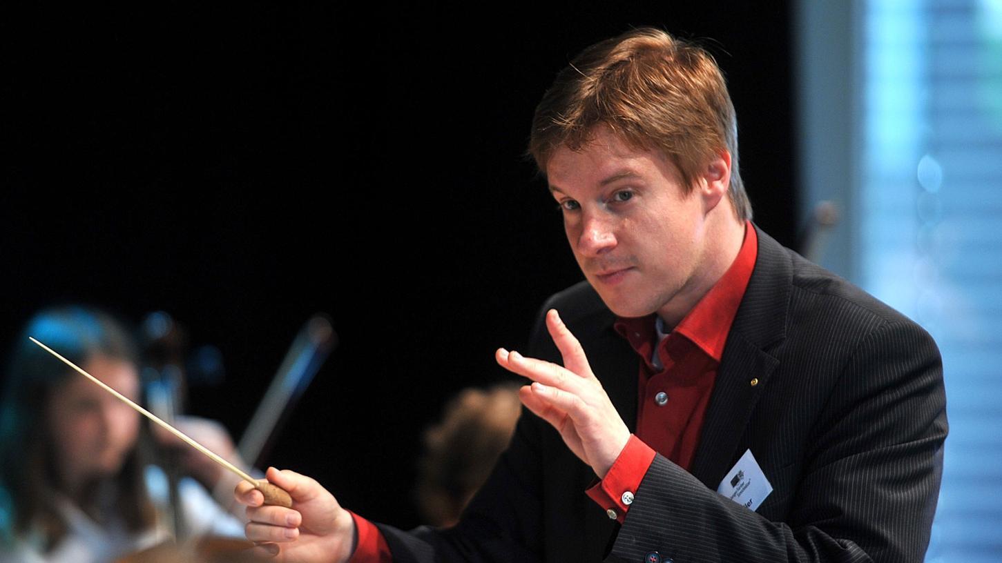 Streichhölzer-Chef Bernd Müller (hier in Aktion beim Sommerfest der Musikschule im Südstadtpark im Juni dieses Jahres) zeigte mit seinem Ensemble keine Scheu vor symphonischen Kolossen.