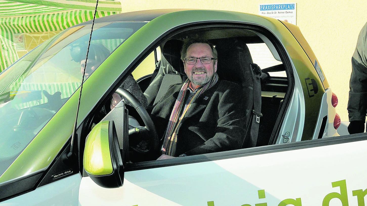 Im Wahlkampf setzt Wolfram Schaa auf Öko-Themen. Unter anderem präsentierte er am Marktkauf-Parkplatz Elektroautos. Sein eigener Wagen fährt mit Rapsöl.