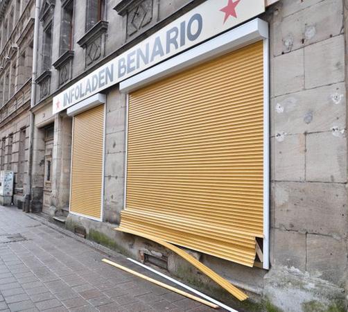 In der Nacht nach der Demonstration von Rechtsextremisten wurde ein Anschlag auf den antifaschistischen Infoladen Benario verübt.