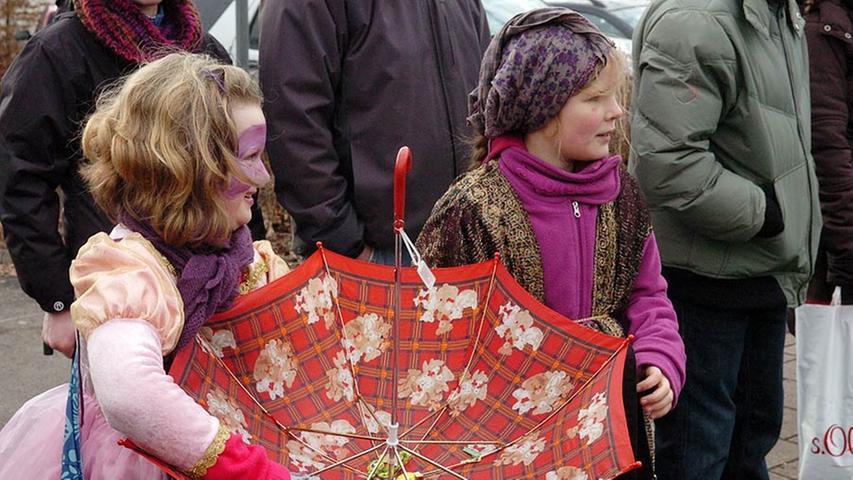 Ein Regenschirm eignete sich auch gut, um darin Kamelle zu sammeln.