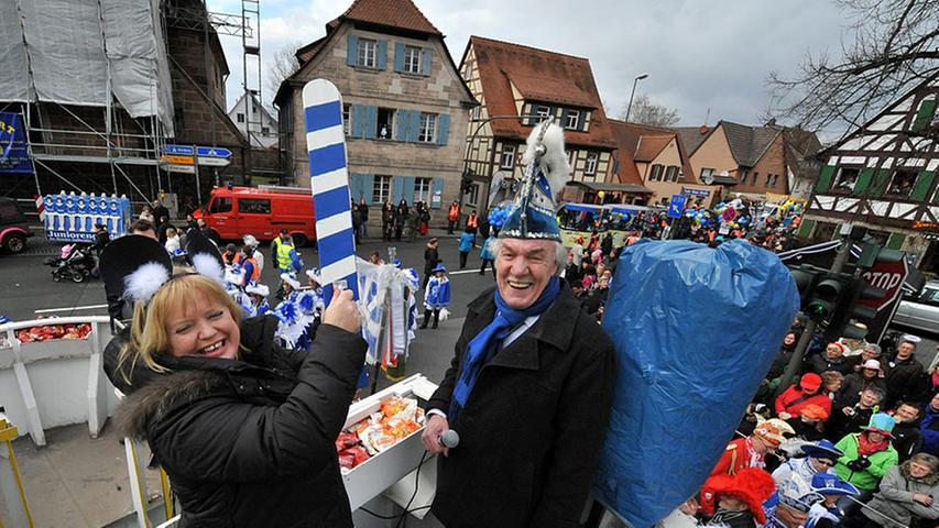 Den Start-Klatsch gab Bürgermeisterin Birgitt Assmus, die sich als Wühlmaus verkleidet hatte.