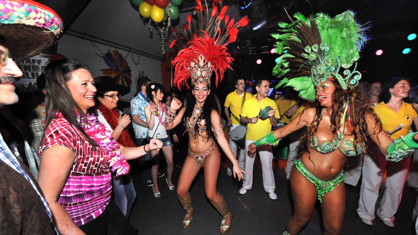 Rund 2000 Menschen tummelten sich auch heuer wieder in allen Saelen vom Kulturzentrum E-Werk und vergnuegten sich bis in den fruehen Morgen. Die Escola de Samba Primeira de Erlangen und ihre Tänzerinnen brachten so richtig Stimmung in die Clubbühne.