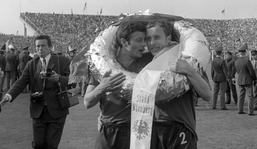 Fußball-Bundesligist 1. FC Nürnberg trauert um Zvezdan Cebinac (links). Der Meisterspieler von 1968 ist bereits in der Nacht zum vergangenen Samstag im Alter von 72 Jahren gestorben.