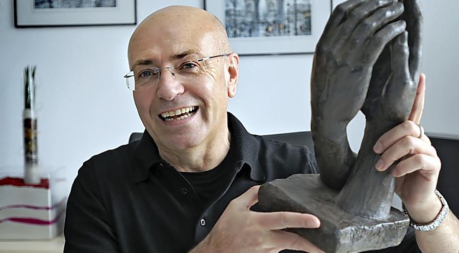 Trauerreder Ernst Cran ist Stammgast auf Pegida-Bühnen - das zieht einige Kritik nach sich.