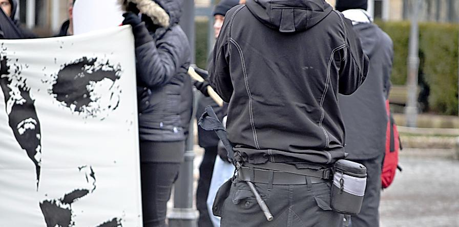 """Neue Vorwürfe Richtung Polizei kommen aus der bayerischen Landtags-SPD: Die Neonazis seien bei ihrer Demonstration in Fürth verbotenerweise mit """"als Handfahnen getarnten Schlagstöcken"""" marschiert, sagt ein Sprecher."""