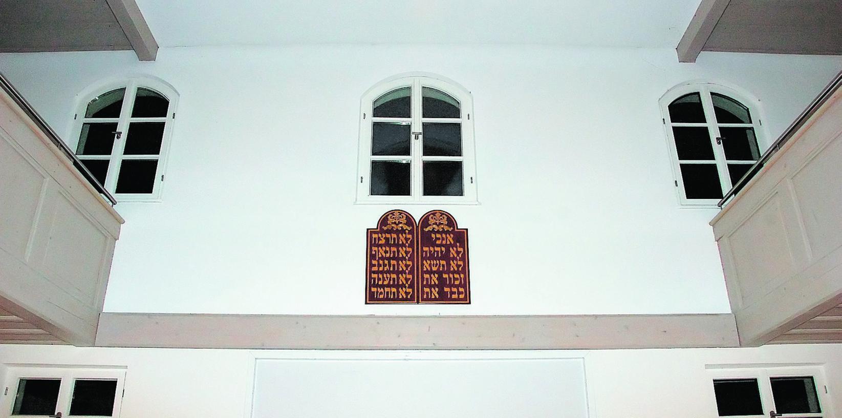 Die Zehn Gebote auf Hebräisch: Die neue Gebetstafel hängt wie das Original bis 1938 an der Ostseite der ehemaligen Synagoge in Richtung Jerusalem. Dort leben auch die Spender, das Ehepaar Wissmann.