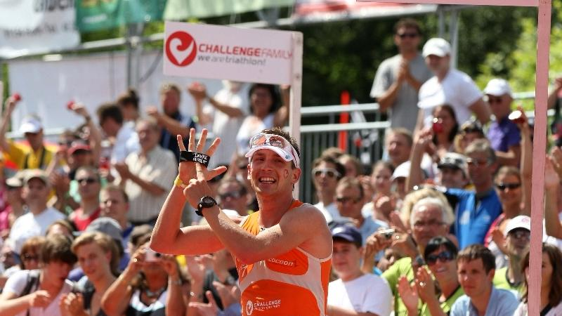 Challenge Roth 2011: Michael Hofmann im Ziel. Er genießt die letzten Meter und den Jubel des Publikums...