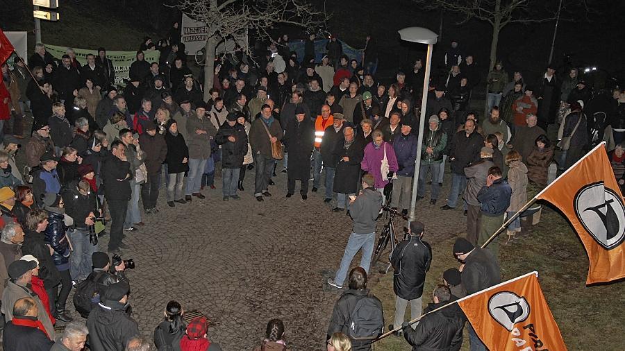 Die Empörung über die Neonazi-Demonstration vom vergangenen Samstag stand im Mittelpunkt der Reden bei der Kundgebung am Platz der Opfer des Faschismus.