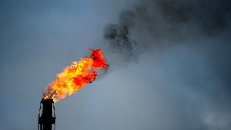 In jeder Plastiktüte stecken etwa acht Esslöffel Erdöl. Kunststoff ist damit eine Art Zwischenstufe für die Nutzung von Öl. 70 Prozent des weltweit geförderten Öls werden direkt verbrannt, vier Prozent gehen in die Kunststoffproduktion. Bei der Verbrennung des Kunststoffs bekommt man fast 100 Prozent der Energie, die im Öl steckt, wieder heraus.