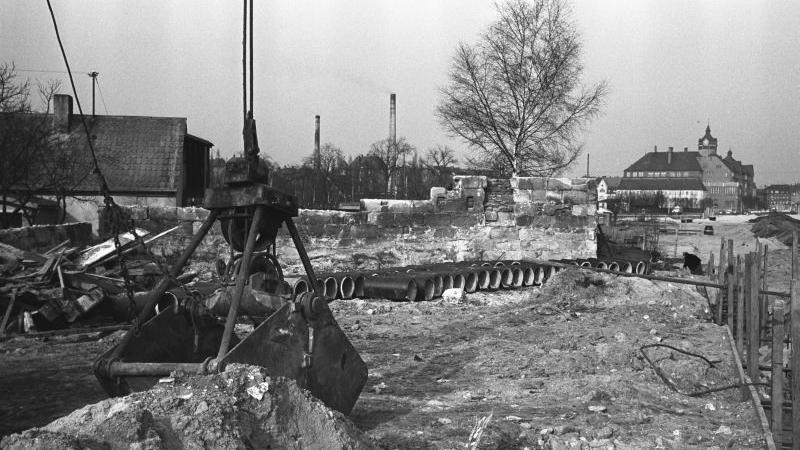 Übrig ist vom einstigen Prachtbau nichts mehr. Das Hallerschloss wurde im Februar 1962 dem Straßenausbau geopfert. Wo einst die feinen Herren residierten, brausen heute viele Autos durch die Ostendstraße.