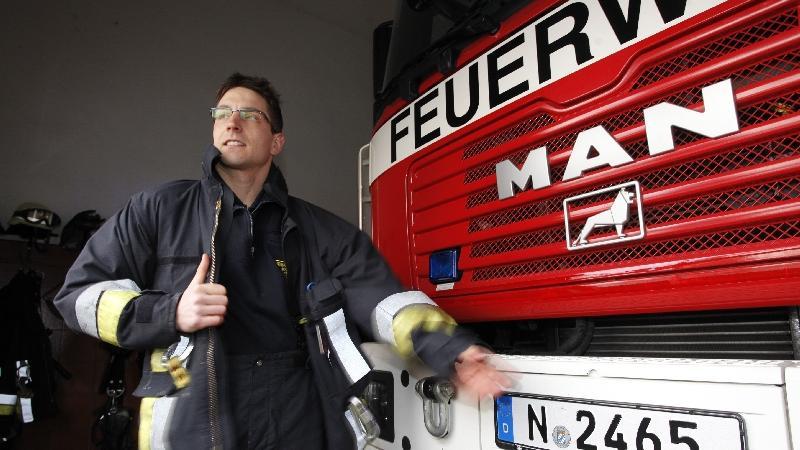 Als ersten Beruf lernt Michi Hofmann Forstwirt. Doch nach sechs Jahren in den Wäldern rund um Allersberg sattelt er um und wird Berufsfeuerwehrmann.