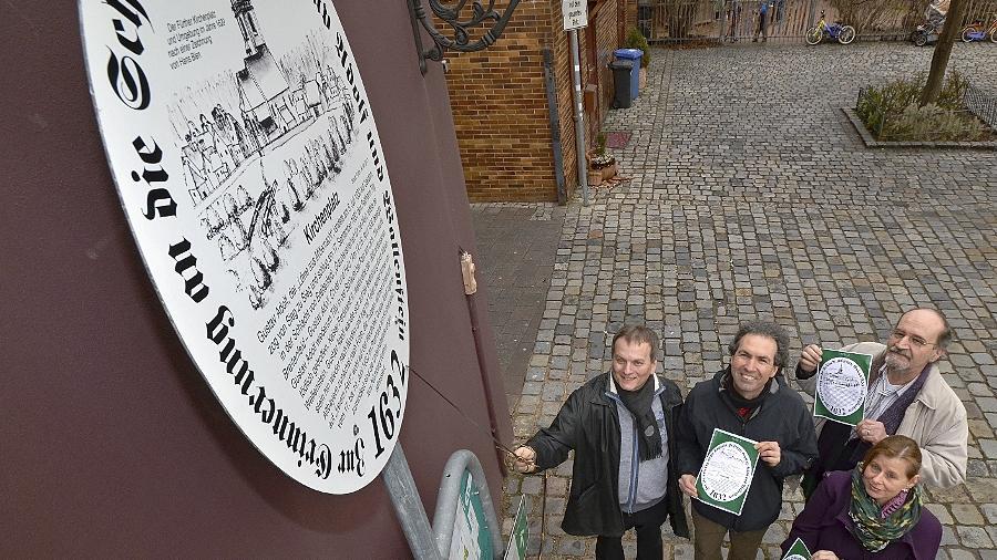 Eike Söhnlein von der Fürther Touristinfo, Grafiker Rudolf Hielscher, Stadtheimatpfleger Alexander Mayer und Wirtschaftsreferent Horst Müller (von rechts nach links) stellten Tafeln und Rundweg am Kirchplatz von St. Michael gemeinsam vor.