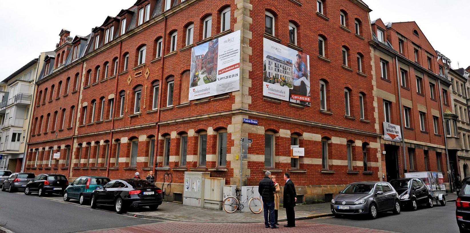 """Früher Quelle-Büros, bald Wohnraum: An der Ecke von Finkenstraße und Lange Straße entstehen unter Federführung der Firma Project Immobilien 24 Wohnungen und drei """"Stadthäuser""""."""
