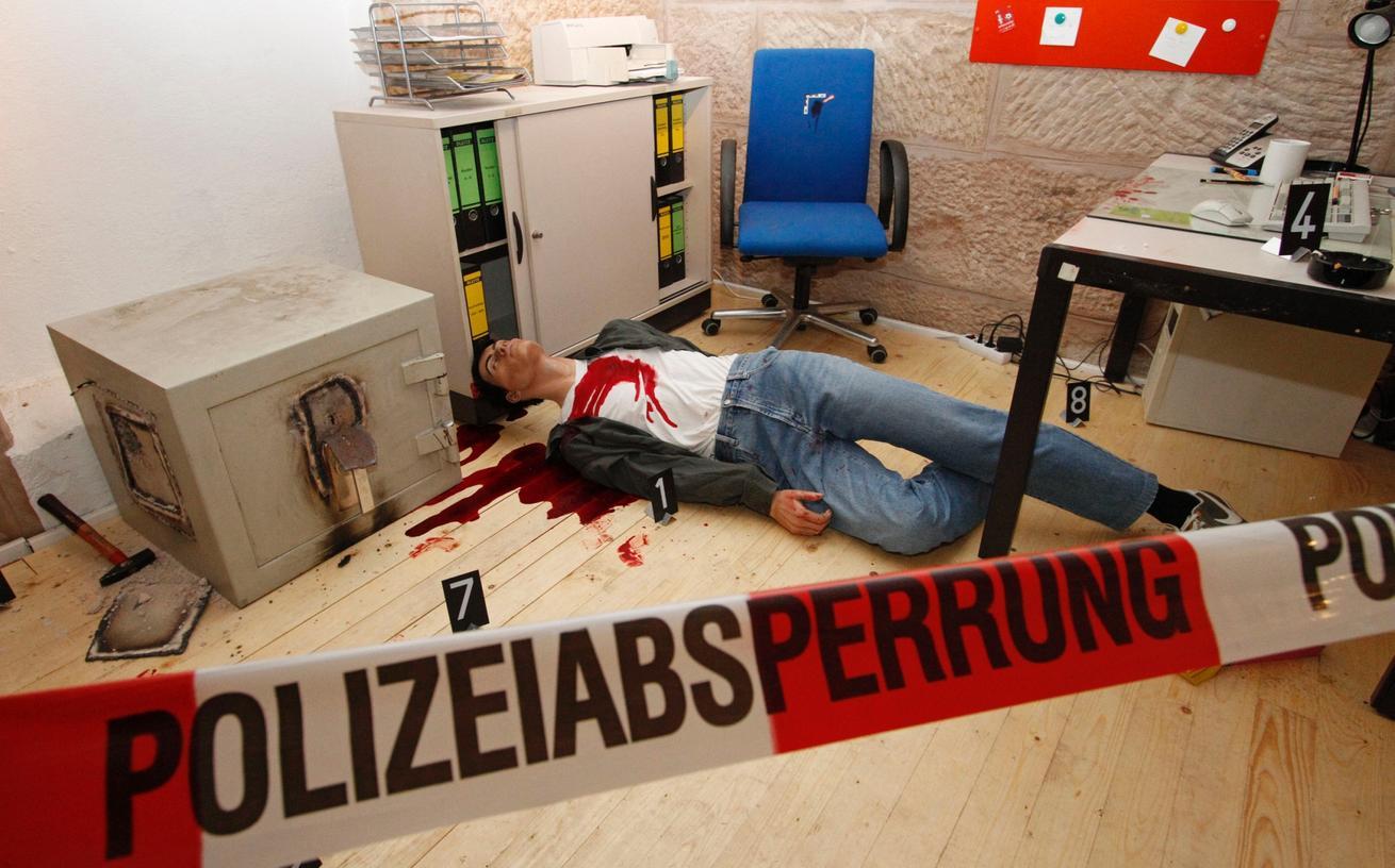 """In den Kellerräumen des Fürther Rathauses wurde ein """"begehbarer Tatort"""" inszeniert."""