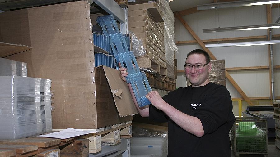 Martin Truckenbrodt ist von seinem neuen Arbeitsplatz in Buchschwabach begeistert. Bei Werba Plast kommissioniert er selbstständig Kunststoffartikel.
