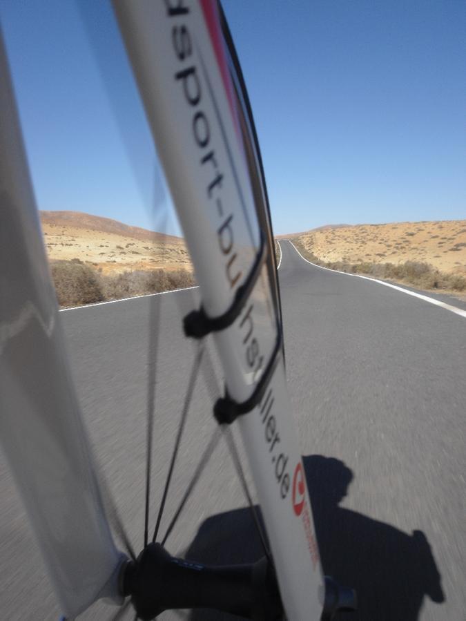 Viel Platz zum Radfahren und jede Menge Sonne - das erlebt Michi Hofmann im Trainingslager auf Fuerteventura.
