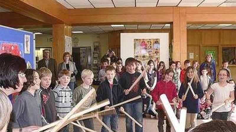 Musik hat an der Grundschule Altdorf schon immer einen hohen Stellenwert, der mit dem Projekt nun noch mehr in den Vordergrund gerückt werden soll. Zum Thema wurde in der Aula eine Ausstellung eröffnet.
