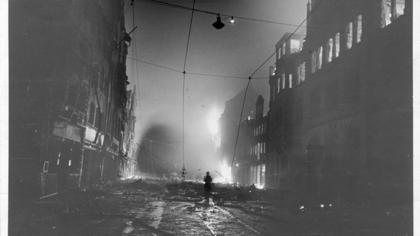Die Karolinenstraße nach dem Großangriff von 674 englischen Bombern in der Nacht zum 28. August 1943.