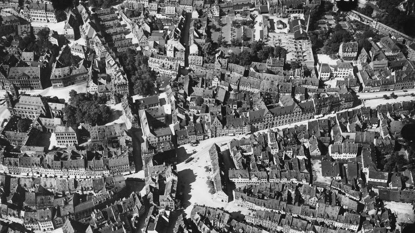 Das Luftbild aus dem Jahr 1927 zeigt wie Nürnberg vor den Luftangriffen des Zweiten Weltkriegs aussah. Verwinkelte Gassen und Plätze kennzeichneten die Altstadt bis zu ihrer Zerstörung.