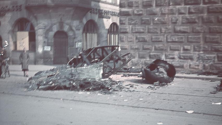 8. März 1943: Die Trümmer eines abgeschossenen allierten Bombers liegen am Färbertor.