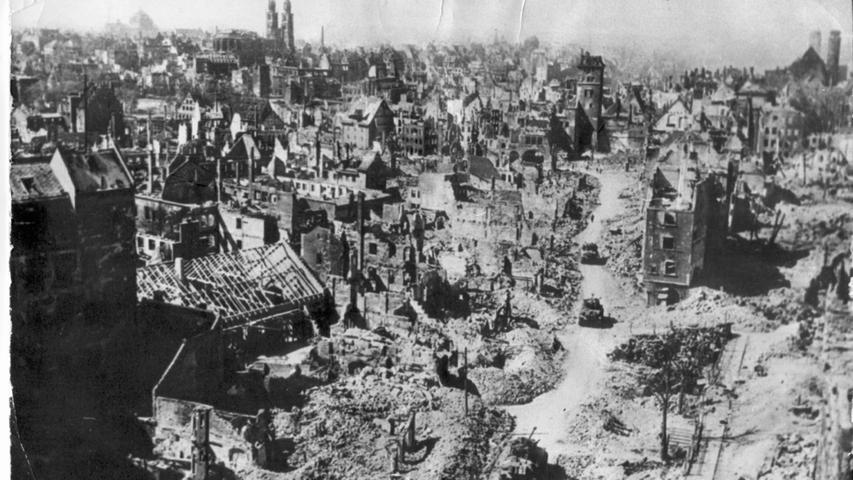 Wenige Wochen später erobern amerikanische Truppen Nürnberg. Sie bewegen sich vorsichtig durch die zerstörte Stadt.