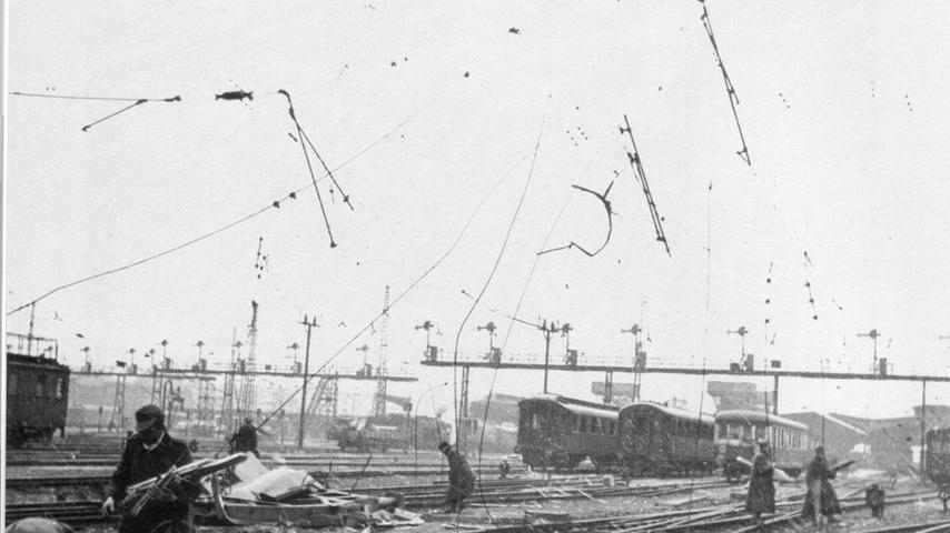 Nach einem Fliegerangriff auf den Nürnberger Hauptbahnhof sammeln Arbeiter und Soldaten die Trümmer zusammen, setzen die Gleise wieder instand. Das Foto wurde aufgenommen am 31. März 1944.