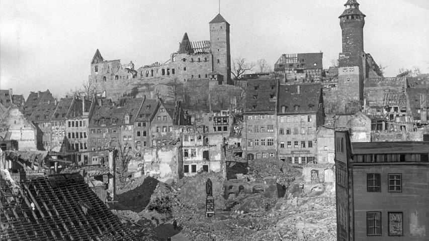 Zerstörung auf allen Seiten: Blick vom Sebaldusplatz zur Burg.