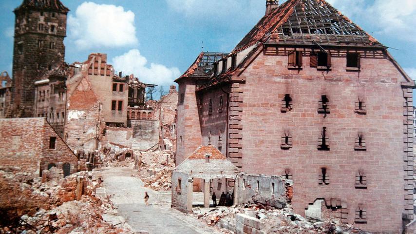 Nur der in altfränkischem Stil gehaltene Hochbunker hat dem Bombenhagel standgehalten; er ragt aus den Ruinen  in der  Oberen Talgasse hervor.
