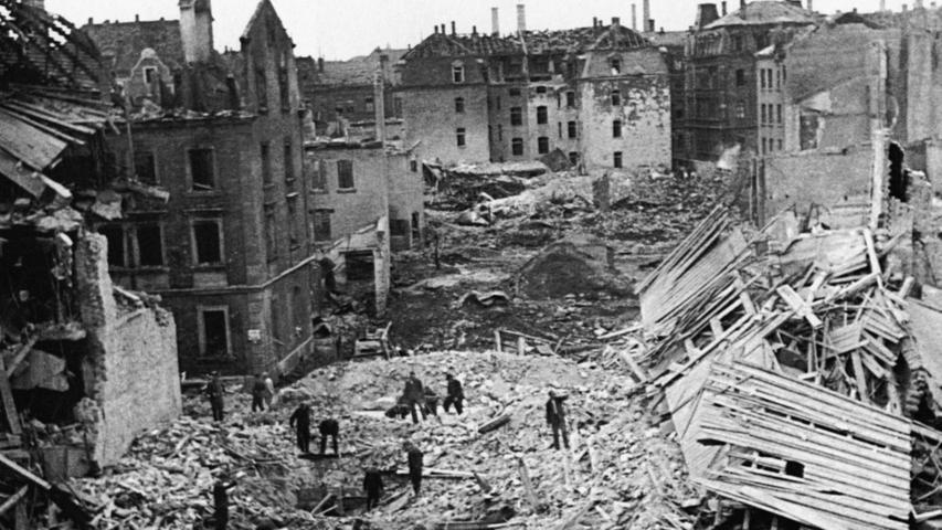 Von der mittelalterlichen Altstadt sind nur noch Trümmerberge übrig; sie ist unwiederbringlich verloren.