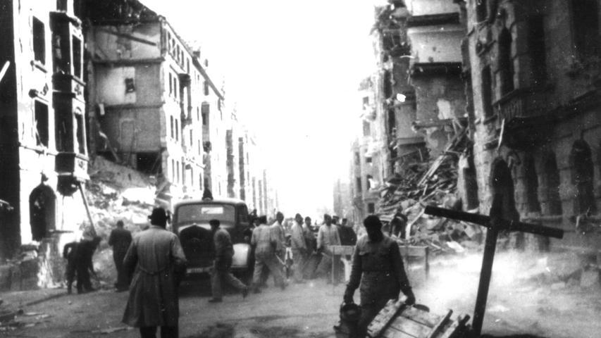 Auch die Fürther Südstadt wurde bombardiert. Die Aufnahme zeigt die Amalienstraße nach einem Angriff in der Nacht zum 9. März 1943. 32 Todesopfer waren hier zu beklagen. Im Vergleich zu Nürnberg kam Fürth jedoch glimpflich davon.