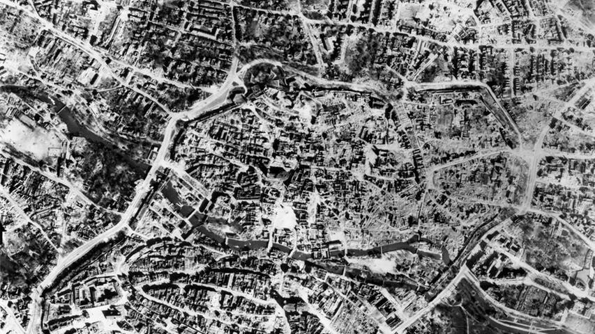 Eine Luftaufnahme der Nürnberger Innenstadt vom 11. April 1945. Die Gassen und Plätze sind verschwunden, kaum ein Haus hat noch ein intaktes Dach, Sebald ist eine Trümmersteppe.