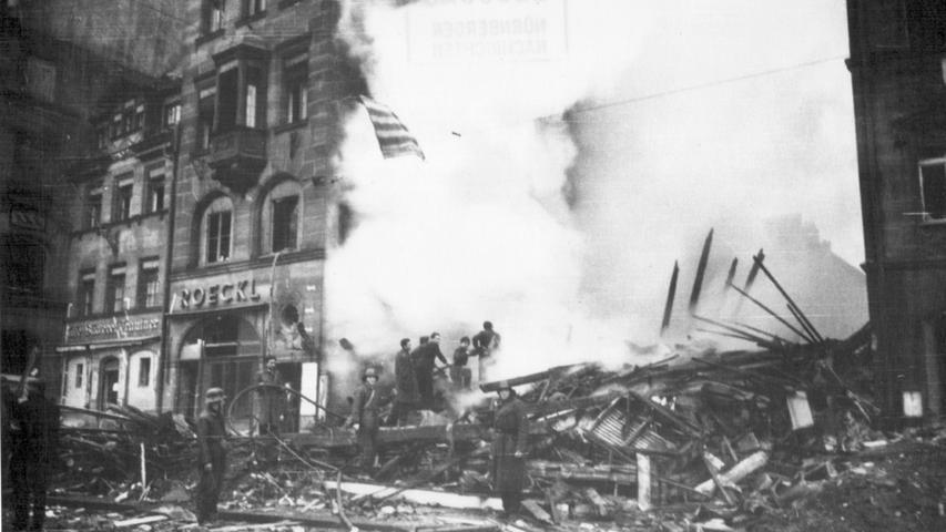 Einen großen Flächenbrand und über 1000 weitere Großfeuer lösten die über 500 Maschinenen vom Typ Lancaster aus. Am Boden waren die Menschen machtlos gegen die Flammen, wie hier in der Königsstraße.