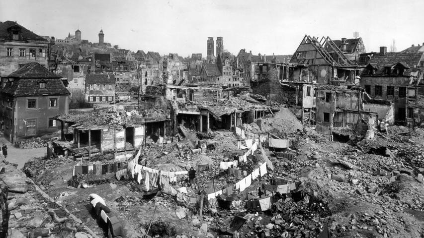 1946, Das Leben geht weiter. Auf den Trümmerhügeln in der  Kreuzgasse flattert die zum Trocknen aufgehängte Wäsche.
