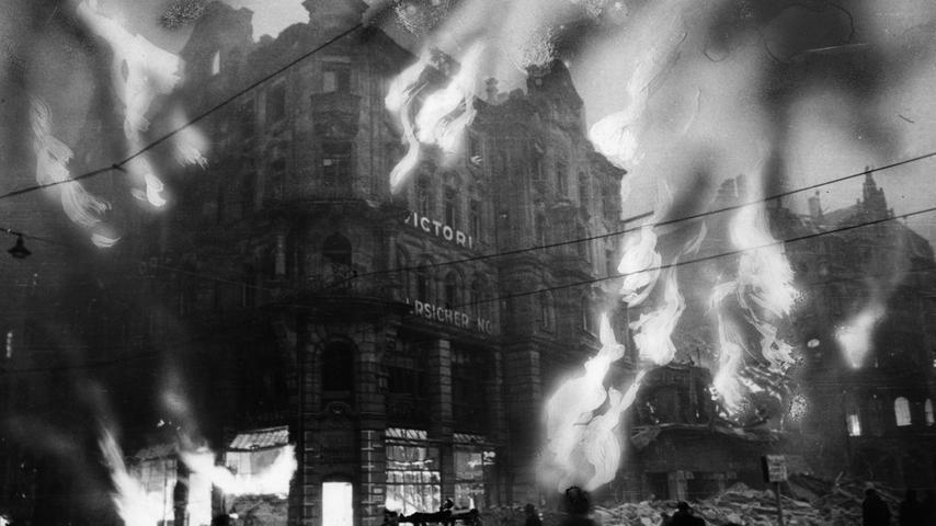 Der verheerende Angriff vom 2. Januar 1945 stellte alle bisherigen Angriffe in den Schatten. Die Bomben entfachten ein Inferno: Todbringende Flammen schlugen kurz nach der Angriffswelle aus allen Richtungen aus dem Gebäude der Victoria zu Berlin Allgemeine Versicherung AG, die ihren Sitz in der Königstraße 72 hatte.