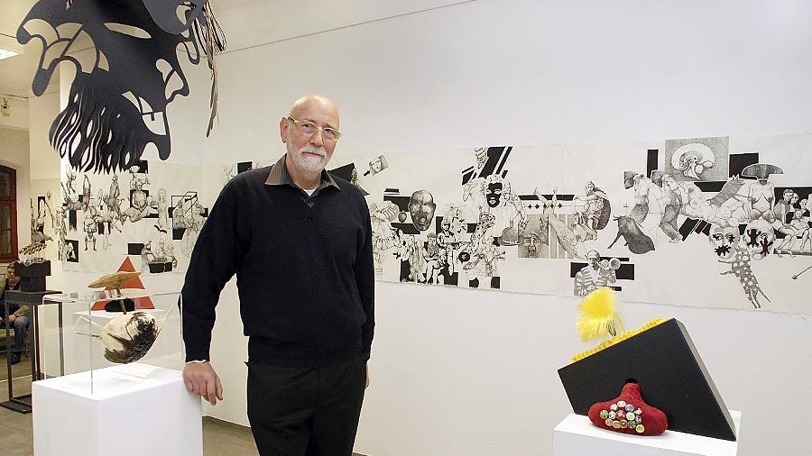 Der Nürnberger Künstler Klaus D. Engelke in seiner Ausstellung.