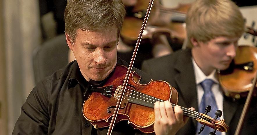 Konzentriert bei der Sache: Orchesterchef Bernd Müller vertieft sich als Solist ins Violinkonzert op. 61 von Ludwig van Beethoven