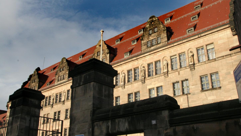 Am 13. Januar 2016 verblutete ein Nürnberger (54) in einer Wohnung im Stadtteil Gibitzenhof – hinterrücks erstochen von einem 31-Jährigen. Am Mittwoch wurde der Angeklagte zu einer lebenslangen Freiheitsstrafe verurteilt.