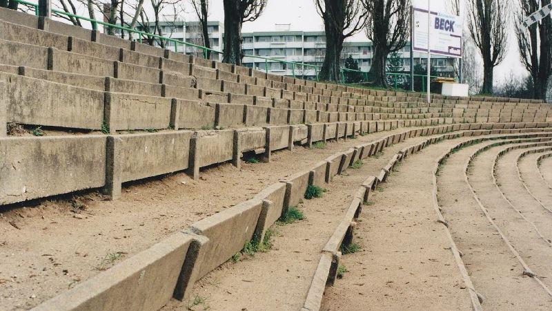 Vor dem Umbau fanden mehr als 25.000 Besucher Platz. Das Stadion hatte damals allerdings kein Flutlicht und verfügte über keinen getrennten Blöcke.  Auch der Zustand der Ränge (hier in der Nordkurve) war nicht mehr zeitgemäß.