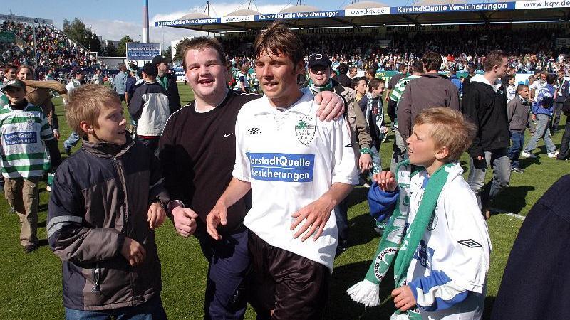 Die Idole hautnah erleben: Junge Fans mit Florian Heller im Jahr 2004.