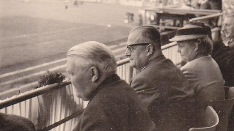Ludwig Erhard (vorne) besuchte mit Oberbürgermeister Hans Bornkessel den Ronhof zum Jubiläumsspiel gegen Wacker Wien.