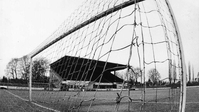 Das Stadion war zu diesem Zeitpunkt längst nicht mehr auf der Höhe der Zeit. Doch obwohl sich der Sportausschuss der Stadt Fürth 1991 gegen den Erhalt des in die Jahre gekommenen Ronhofs aussprach, begannen Mitte der 90er Jahre unmfassende Mondernisierungsmaßnahmen.