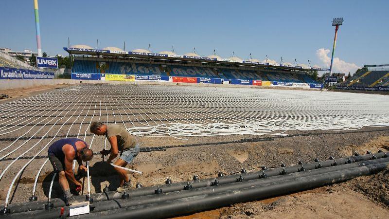 Eine wahre Dauerbaustelle war der Ronhof in dieser Zeit. Im Sommer 2007 erhält das Stadion eine Rasenheizung.