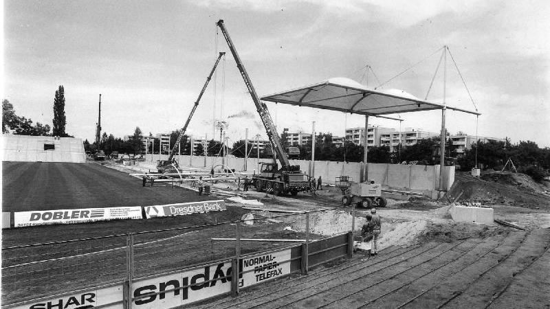 Das Stadion erfüllte damit längst nicht mehr die Vorgaben, die der DFB für den Spielbetrieb in der 2. Liga machte. Genau dorthin war die SpVgg 1996/1997 aufgestiegen. Hier wird das erste Segment des Membrandaches für die Gegengerade montiert.