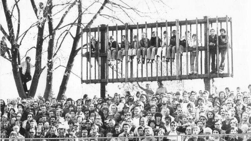 Duell im Ronhof: Beim Derby in der Saison 1979/80 mussten sich viele der 23000 Zuschauer mit Notsitzen behelfen.