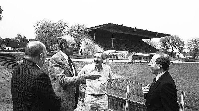 Horst Brandstätter (2. vl) kaufte 1983 der in Finanznöte geratenenen SpVgg den Ronhof ab, rechts der damalige Präsident Helmut Liebold.